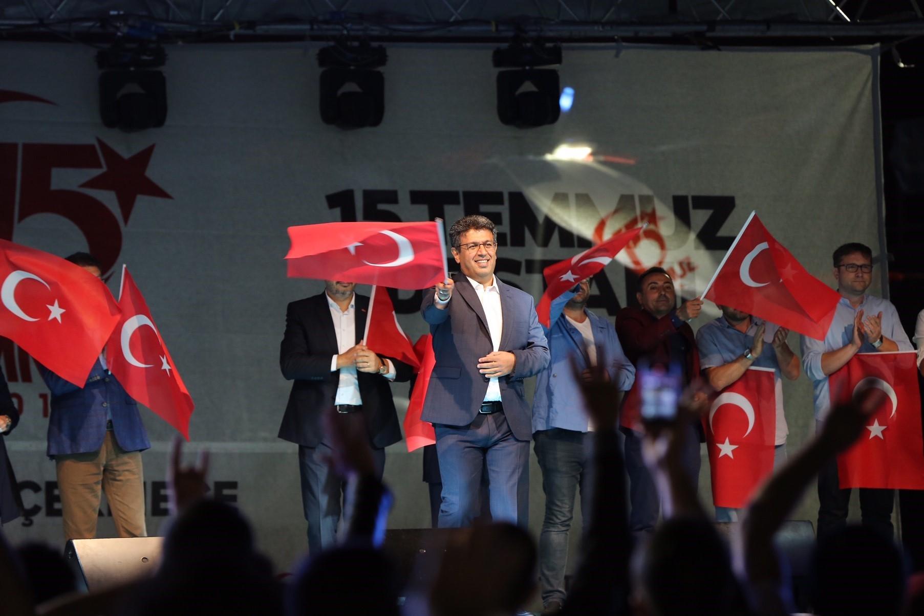 KÜÇÜKÇEKMECE'DE ONBİNLERCE KİŞİ DEMOKRASİ NÖBETLERİNDE BULUŞTU